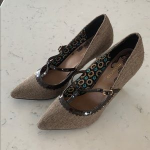 Restricted brand size 8 pumps